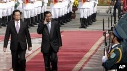 Thủ tướng Campuchia Hun Sen và Thủ tướng Việt Nam Nguyễn Tấn Dũng duyệt hàng quân danh dự tại Hà Nội, ngày 26/12/2013.