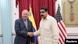El presidente de Venezuela, Nicolás Maduro saluda al subsecretario de Estado de EE.UU. para Asuntos Políticos Thomas Shannon. Caracas, octubre 31, 2016.