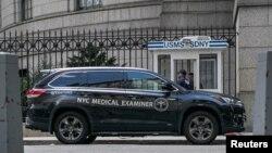 Vozilo glavnog patologa grada Njujorka ispred zatvora na Mehnetnu gde je Džefri Epstin pronađen mrtav