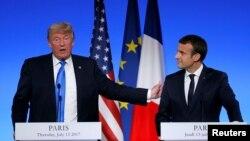 Presiden AS Donald Trump dan Presiden Perancis Emmanuel Macron melakukan konferensi pers bersama di Paris, Kamis (13/7).