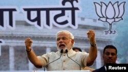 Narendra Modi, calon PM India dari Partai Bharatiya Janata memberikan pidato di depan para pendukungnya di Vadodra, Gujarat (16/5/2014).
