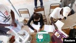 Un bureau de vote lors de l'élection présidentielle à Banjul, en Gambie, le 1er décembre 2016.