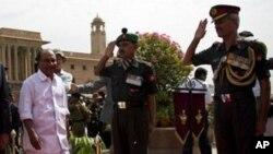 Bộ trưởng Quốc phòng Ấn Độ A.K Anthony (trái)