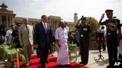Menteri Pertahanan AS, Leon Panetta (depan kiri) berdampingan dengan Menteri Pertahanan India A.K Anthony di New Delhi, India (6/6).