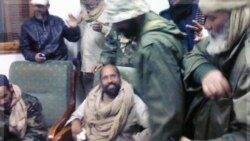سیف الاسلام قذافی در میان جنگجویان زنتان پس از بازداشت. ۱۹ نوامبر ۲۰۱۱
