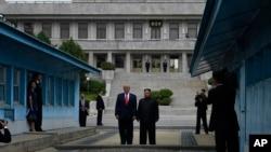 美国总统特朗普2019年6月30日星期日在韩国非军事区的板门店边境村会见了朝鲜领导人金正恩。