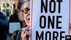 Una mujer sostiene un cartel anti deportación durante una manifestación, el jueves 9 de marzo de 2017, en Nueva York.