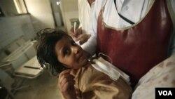 Salah seorang anak sekolah yang luka-luka akibat penembakan bis sekolah dirawat di rumah sakit Peshawar (13/9).