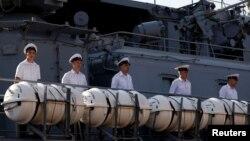 俄罗斯水兵站在停靠在菲律宾马尼拉都会南港的俄瓦良格号导弹巡洋舰上。(2019年1月6日)