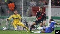 Didier Drogba na kungiyar Chelsea a lokacin da ya jefa kwallon farko cikin ragar Leverkusen ta Jamus a wasan Champions League na rukunin E da aka yi ranar laraba 23 Nuwamba, 2011 a tsakanin Bayer Leverkusen da Chelsea FC a kasar Jamus.