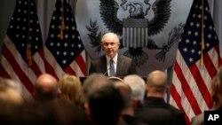 El secretario de Justicia, Jeff Sessions, pidió a los fiscales que procuren los cargos más serios posibles contra sospechosos de delitos.