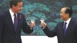 دیوید کامرون و ون جیابائو، نخست وزیران بریتانیا و چین، مراسم امضای سند در تالار بزرگ خلق، پکن، ۹ نوامبر۲۰۱۰