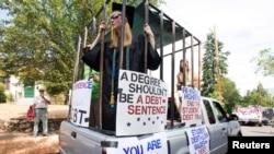 Para peserta unjuk rasa memprotes beban pinjaman pendidikan bersiap menggelar aksi di Ashland, Oregon, 4 Juli 2019. (Foto: Reuters)