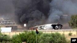 Máy bay trên đường băng của sân bay quốc tế Tripoli tại Tripoli, Libya.