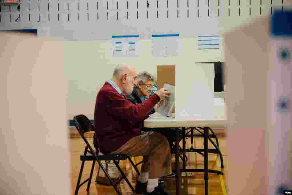 位于马里兰州Wootton中学的投票站 (美国之音晓歌拍摄)