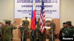 Chuẩn Tướng Thủy quân lục chiến Hoa Kỳ ông John Jansen (trái) cùng với chỉ huy của Lực lượng Thuỷ quân lục chiến Philippines, Thiếu Tướng Andre Costales Jr (giữa), chào cờ Philippines-Mỹ trong lễ khai mạc cuộc diễn tập đổ bộ hàng năm giữa hai nước (PHILBLEX), Manila, Philippines, ngày 04 tháng 10 năm 2016.
