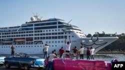 古巴人看着几十年来第一艘美国游轮来到古巴哈瓦那港(2016年5月2日)
