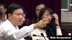 """Khi còn làm Bộ trưởng Bộ Giao thông Vận tải, ông Thăng """"xạc"""" nhà thầu Trung Quốc vì để xảy ra hai sự cố làm một người chết và ít nhất 3 người bị thương tại một dự án đường sắt trọng điểm ở thủ đô của Việt Nam năm 2015."""