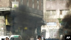 反對派活動人士在也門第三大城市塔伊茲的街道上焚燒輪胎。