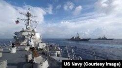 """美国海军""""斯特西姆""""号、""""巴里""""号和""""菲兹杰拉德""""号三艘伯克级导弹驱逐舰在菲律宾海编队航行。(2017年3月10日)"""
