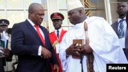 Presidente John Dramani Mahama do Gana (à esquerda) falando como o seu homólogo da Gâmbia Yahya Jammeh (à direita) Fev. 27, 2013.