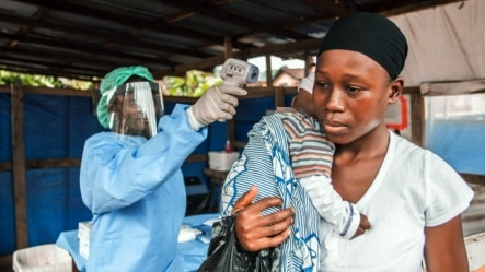 Mwanamke mmoja na mwanawe wakipatiwa huduma ya afya  mjini Freetown, Sierra Leone