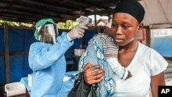 Người phụ nữ được đo nhiệt độ trước khi vào bệnh viện chính phủ Macauley ở Freetown, Sierra Leone, ngày 21/1/2016. (Ảnh tư liệu)