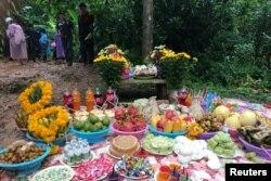 Người thân của những thành viên đội bóng thiếu niên bị kẹt trong hang đặt các khay hoa quả và bánh kẹo để cúng thần linh phù hộ cho con cái họ còn sống.
