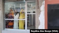 Faute de clients, les tailleurs se limitent à exposer leurs modèles, à Dakar, le 22 mai 2020. (VOA/Seydina Aba Gueye)
