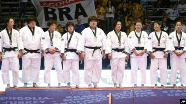 지난 10월 브라질에서 열린 세계유도선수권대회에서 금메달을 차지한 일본 여자 유도 선수들. (자료사진)