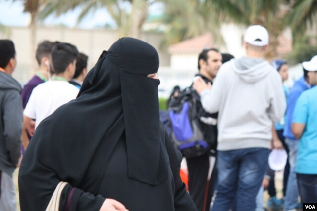 Women in Saudi Arabia are required to where loose-fitting gowns over their clothes but veils covering their faces are optional, Jeddah, Saudi Arabia, Jan. 28. 2016. (H. Murdock/VOA)