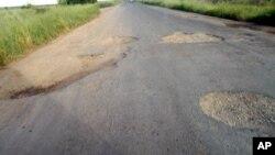 Buracos na Estrada Nacional 6, entre a Beira e Inchope