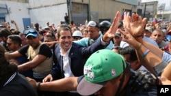 Ông Juan Guaido và người ủng hộ ở thủ đô Caracas, Venezuela, hôm 30/4/2019.