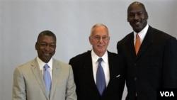 Larry Brown, tengah, berfoto bersama pemilik klub NBA Charlotte Bobcats, Robert Johnson dan Michael Jordan. Penampilan Bobcats musim ini tidak memuaskan (9-19) sehingga kontrak Brown tidak dilanjutkan.