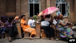 Des catholiques assistent à une messe à l'extérieure de l'église nazaréenne à Goma, Nord-Kivu, 1er avril 2012.