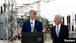 U.S. Secretary of State John Kerry (L) speaks alongside Pakistan's Minister for Water and Power Khawaja Asif during their visit to an Islamabad electric supply company substation August 1, 2013.