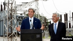 U.S. Secretary of State John Kerry (L) speaks alongside Pakistan's Minister for Water and Power Khawaja Asif during their visit to an Islamabad electric supply company substation, August 1, 2013.