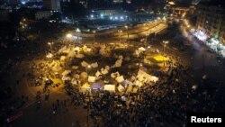 Tenda-tenda para pengunjuk rasa terlihat di lapangan Tahrir, Kairo (25/11). Para aktivis oposisi meneruskan kemahnya sebagai bagian dari aksi protes atas dekrit Presiden Morsi yang memberi kekuasaan absolut untuk dirinya sendiri pekan lalu.