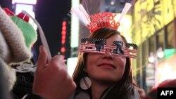 1 triệu người có mặt để xem quả bóng ánh sáng được thả xuống tại Quảng trường Times ở thành phố New York, ngày 31/12/2011