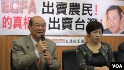 台灣台聯黨主席黃昆輝(左)就中國農產品進口問題召開記者會(美國之音張永泰拍攝)