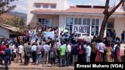 Le personnel du gouvernorat du Sud-Kivu et de la DPMER radicalisent leur grève à Bukavu, Sud-Kivu, RDC, 8 août 2017. (VOA/Ernest Muhero)