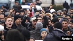 지난 8일 시리아 이들리브 시에 모인 반정부 시위대가 레바논 국경마을 마다야 지역의 정부군 포위를 풀 것을 촉구하고 있다.