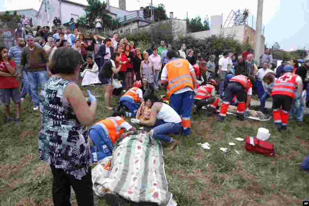 Los sobrevivientes tratan de ayudarse unos a otros junto a voluntarios que llegaron hasta el lugar del donde desarriló el tren de Alvia, en las cercanías de Santiago de Compostela, España.