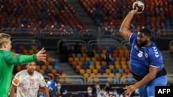 Gauthier Mvumbi de la RDC tente un shoot face au gardien du Danemark lors du Mondial de Handball, Egypte, le 17 janvier 2021.