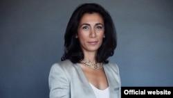 خانم ناظریان متولد ایران است و پیش از این، عضو هیئت روابط خارجی دانشگاه یو سی ال ای در کالیفرنیا بود.