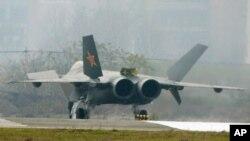 ເຮືອບິນລົບທີ່ເຊື່ອກັນວ່າ ເປັນເຮືອບິນລົບຮຸ້ນໃໝ່ J-20 ທີ່ເຣດ້າຈັບບໍ່ໄດ້ຂອງຈີນ ທີ່ເມືອງ Chengdu ແຂວງສີສວນ ທາງພາກຕາເວັນຕົກສຽງໃຕ້ຂອງຈີນ (5 ມັງກອນ 2011)
