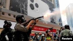 پلیس برای متفرق کردن تجمعات معترضان ضددولتی از گاز اشک آور و فلفل استفاده کرده است.