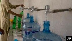 وزیر سائنس اینڈ ٹیکنالوجی کے مطابق شہید بے نظیر آباد، میر پورخاص اور گلگت بلتستان کا پانی 100 فی صد غیر محفوظ ہے۔ جب کہ ملتان 94، کراچی 93، بدین 92، بہاولپور 76، سرگودھا 83، حیدرآباد 80، مظفر آباد 70 اور سکھر کا 67 فی صد پانی مضر صحت ہے۔ (فائل فوٹو)