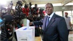 آلاسان واتارا، رییس جمهوری ساحل عاج رای خود را به صندوق می اندازد. ۱۱ دسامبر ۲۰۱۱