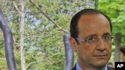 ທ່ານ Francois Hollande ໃນພິທີທີ່ໄວ້ອາໄລ ໃຫ້ແກ່ພວກເຄາະຮ້າຍ ຈາກການຄ້າທາດ ທີ່ Luxembourg Gardens ໃນກຸງປາຣີ (10 ພຶດສະພາ 2012)